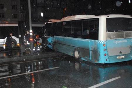 Avcılar'da metrobüs yoluna giren halk otobüsü dehşet saçtı. Haberi