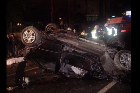 Park halindeki araca çarpan otomobil takla attı: 2 ölü Haberi