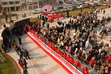 20 metrelik sevgi pastasını vatandaşlar kesti... Haberi